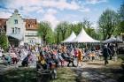 Ar svinīgiem koncertiem, militāro parādi, kopīgu pulcēšanos pie balti klātiem galdiem sestdien Latvijā un citviet pasaulē plaši tika svinēta Latvijas  89