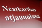 Ar svinīgiem koncertiem, militāro parādi, kopīgu pulcēšanos pie balti klātiem galdiem sestdien Latvijā un citviet pasaulē plaši tika svinēta Latvijas  93
