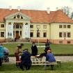 Ar svinīgiem koncertiem, militāro parādi, kopīgu pulcēšanos pie balti klātiem galdiem sestdien Latvijā un citviet pasaulē plaši tika svinēta Latvijas  95