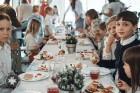 Ar svinīgiem koncertiem, militāro parādi, kopīgu pulcēšanos pie balti klātiem galdiem sestdien Latvijā un citviet pasaulē plaši tika svinēta Latvijas  104