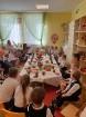 Ar svinīgiem koncertiem, militāro parādi, kopīgu pulcēšanos pie balti klātiem galdiem sestdien Latvijā un citviet pasaulē plaši tika svinēta Latvijas  107