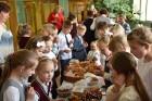 Ar svinīgiem koncertiem, militāro parādi, kopīgu pulcēšanos pie balti klātiem galdiem sestdien Latvijā un citviet pasaulē plaši tika svinēta Latvijas  110