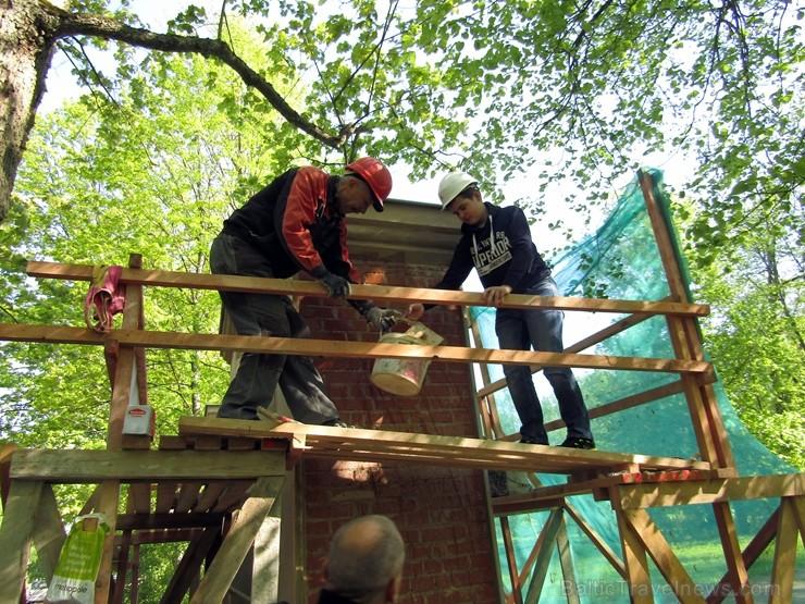 Preiļi top skaistāki - ar izzinošu stāstījumu pilsētas parkā noritējuši noslēdzošie darbi pie vārtu stabu apmetuma atjaunošanas, gruntēšanas un krāsoš