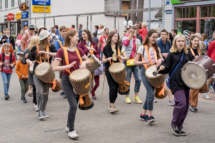 Ar koncertiem, saldējuma svētkiem un uguņošanu jūras krastā Jūrmalā  svin kūrorta vasaras sākumu, pulcējot vairākus tūkstošus apmeklētāju saulrieta ap