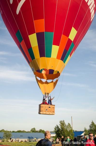 Festivāla laikā virs Kuldīgas krāšņi pacēlās vairākas gaisa balonu ekipāžas un priecēja kuplo apmeklētaju pulku