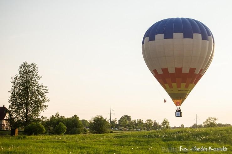 Festivāla laikā virs Kuldīgas krāšņi pacēlās vairākas gaisa balonu ekipāžas un priecēja kuplo apmeklētaju pulku 255164