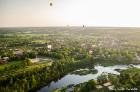 Festivāla laikā virs Kuldīgas krāšņi pacēlās vairākas gaisa balonu ekipāžas un priecēja kuplo apmeklētaju pulku 42