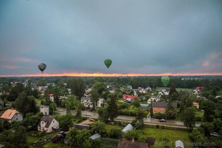 Visu Siguldas pilsētas svētku garumā siguldieši un pilsētas viesi baudīja krāšņu mākoņu kuģu rīta un vakara lidojumus