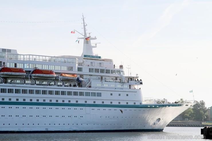 Uz 205 metrus garā kuģa ir vairāk nekā 800 pasažieru vietu un 340 cilvēku liela apkalpe, 8 pasažieru klāji ar 420 kajītēm, vairāki restorāni un bāri,
