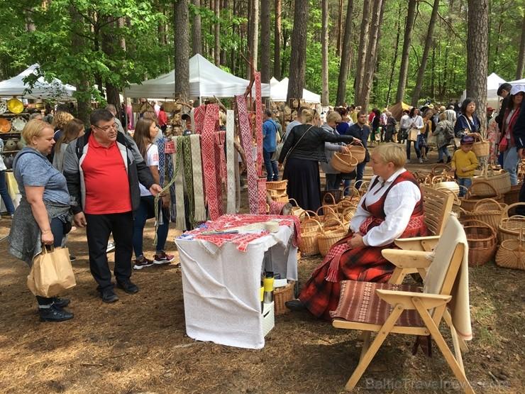 Latvijas Etnogrāfiskajā brīvdabas muzejā no 1. līdz 2. jūnijam jau 49. rīkoja Latviešu tautas lietišķās mākslas darinājumu Gadatirgu, kas pulcēja Latv