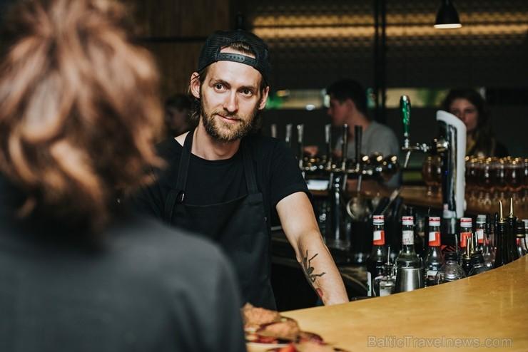 Ēdienu un dzērienu baudītāji kafejnīcā Piens smēlās idejas līgošanai pilsētvides apstākļos Lielvārdes alus kluba pasākumā