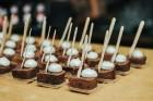 Ēdienu un dzērienu baudītāji kafejnīcā Piens smēlās idejas līgošanai pilsētvides apstākļos Lielvārdes alus kluba pasākumā 2