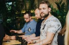Ēdienu un dzērienu baudītāji kafejnīcā Piens smēlās idejas līgošanai pilsētvides apstākļos Lielvārdes alus kluba pasākumā 10