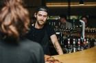 Ēdienu un dzērienu baudītāji kafejnīcā Piens smēlās idejas līgošanai pilsētvides apstākļos Lielvārdes alus kluba pasākumā 12
