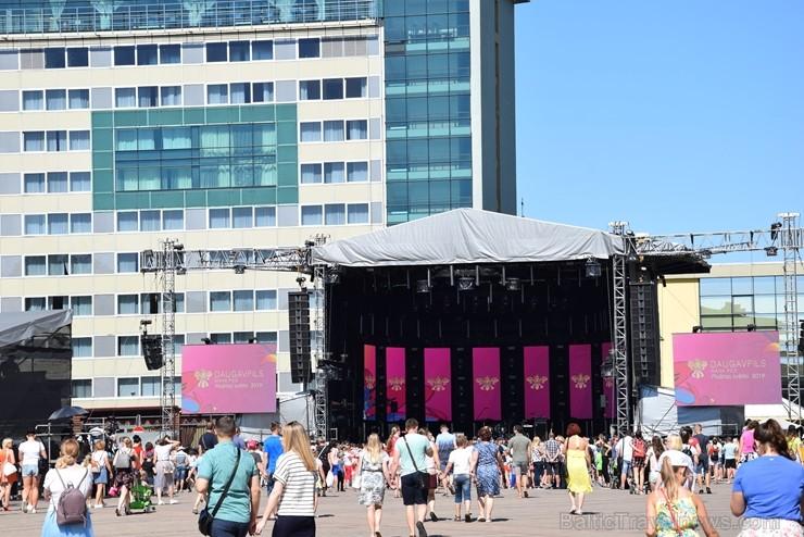 Ar skanīgiem koncertiem un košiem pasākumiem, kas apvieno visas pilsētas iedzīvotāju un ciemiņu paaudzes, Daugavpils pilsēta svin 744. Dzimšanas dienu
