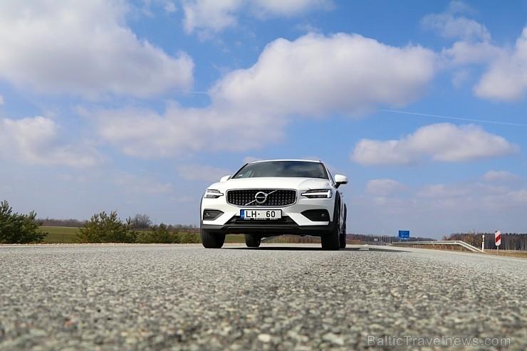 75 bildes - «Volvo V60 Country D4 AWD Momentum» (2019)
