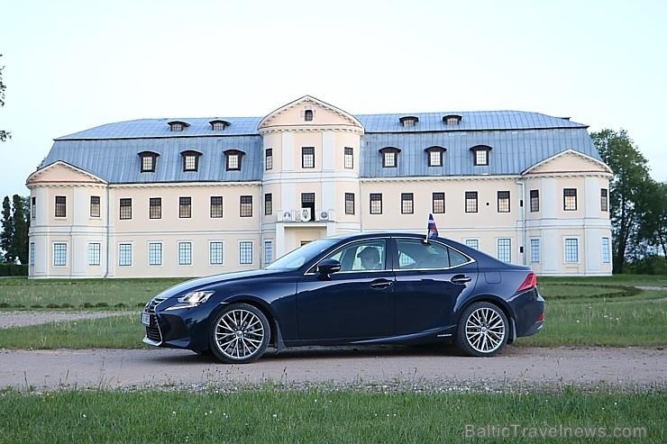 100 bildes - «Lexus IS300H»