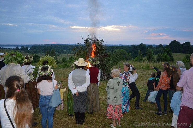 Ar ielīgošanas rituāliem, lustēm un dančiem Višķu pagasta estrādē aizritējis ikgadējais pasākums