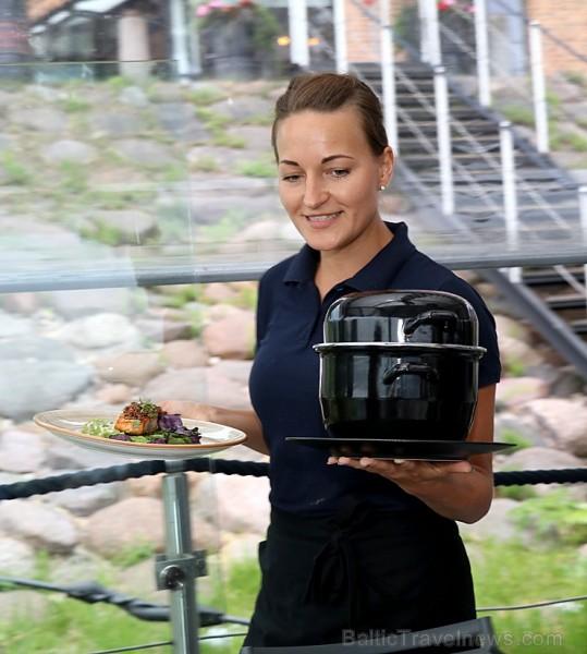 Travelnews.lv izbauda Pārdaugavas restorānu «Hercogs Fabrika» piedāvājumu uz plosta