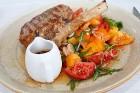 Travelnews.lv izbauda Pārdaugavas restorānu «Hercogs Fabrika» piedāvājumu uz plosta 13