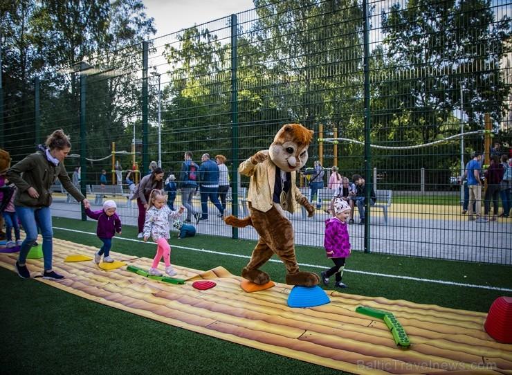 Ar vērienīgu svētku programmu, ekstrēmo sporta veidu paraugdemonstrējumiem un īpaši lielu svētku torti Rīgā atklāj Imantas sporta centru