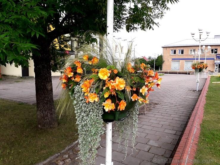 Šogad Preiļu pilsētas ziedu apstādījumos valda lillā, dzeltenais un oranžais tonis, bet Preiļu pilsētas centru rotā krāšņa ziedu upe