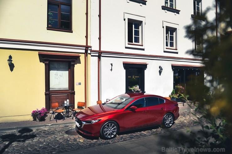Vienam no kompaktās klases hečbekiem Mazda3 ir dvīņubrālis, kuru droši var saukt par vienu no skaistākajiem kompaktās klases sedaniem