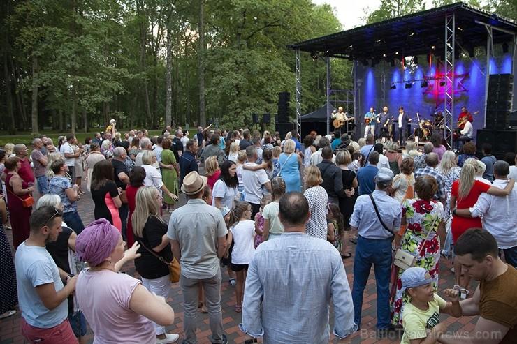 Ar krāšņiem koncertiem, tirdziņiem, pasākumiem un aktivitātēm Lielvārdē svin novada svētkus