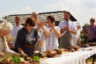 Amatas novada Āraišu vējdzirnavās Maizes dienā smaržoja klaipiņi, rosījās cepējas baltos priekšautos un pulciņiem vien nākca viesi - rudzu maizes cien