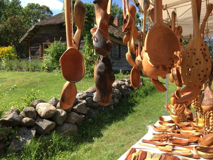 Festivāls ik gadu piedāvā apmeklētājiem iespēju iepazīt jaunākās tendences Latvijas amatniecībā un iegādāties dažādus no dabīgiem materiāliem veidotus