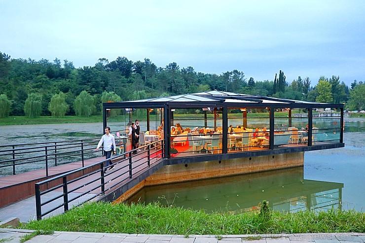 Travelnews.lv apmeklē īpatnēju restorānu «Lake Side» Kutaisi tuvumā