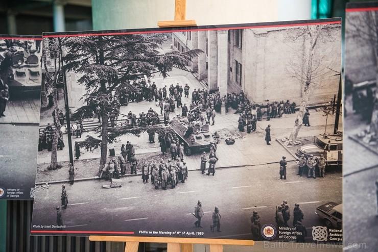 Izstādē apskatāmi fotoattēli, kas vēsta par traģiskajiem 1989. gada 9. aprīļa notikumiem, kad līdzīgi kā Baltijas valstīs Gruzijas iedzīvotāji pulcējā