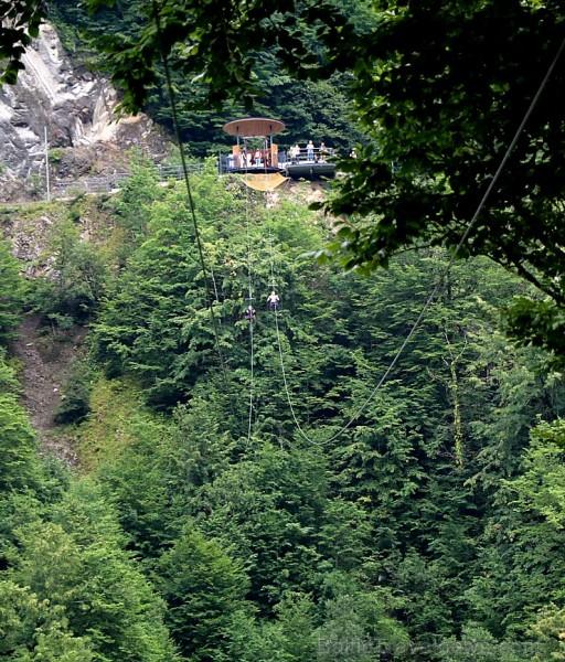Travelnews.lv Gruzijas kūrortā Sairme izbauda 500 metru braucienu ar zipline 261552
