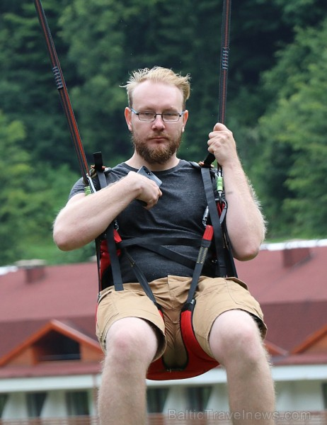 Travelnews.lv Gruzijas kūrortā Sairme izbauda 500 metru braucienu ar zipline