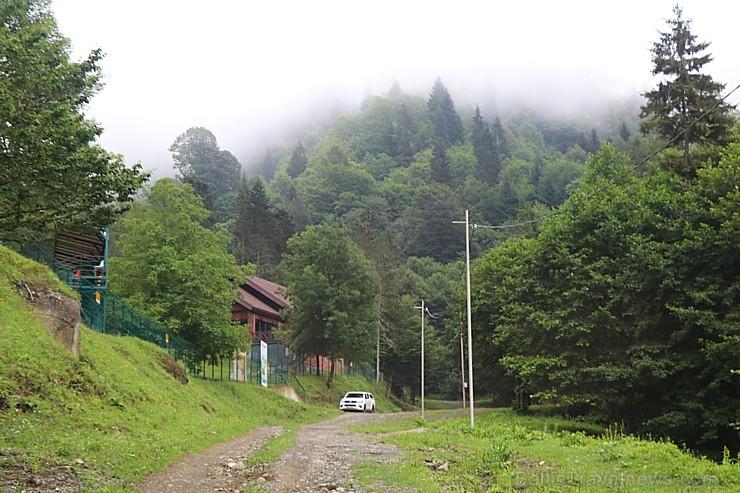Travelnews.lv Gruzijas kalnu kurortā Sairme šauj pa lidojošiem šķīvjiem