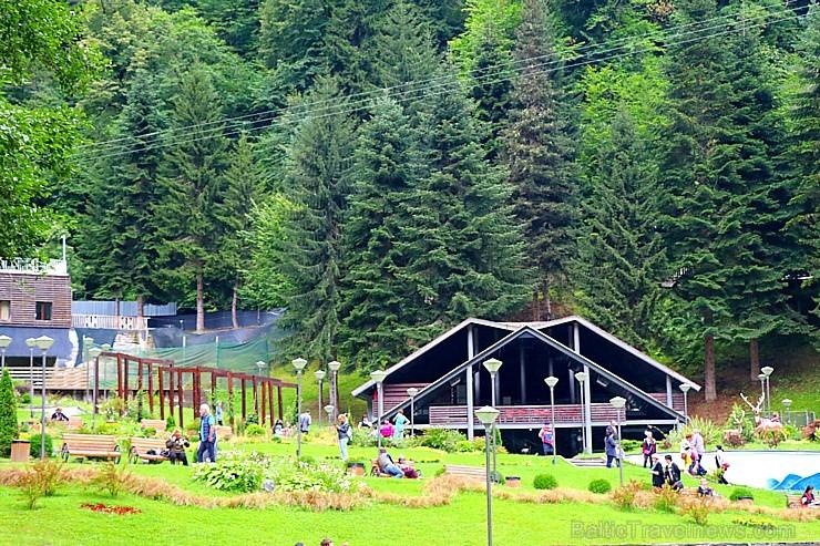 Balneoloģiskajā kūrortā Sairme atpūtnieki dzer kalnu avotu ūdeni un sporto