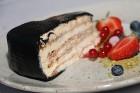 Pārdaugavas restorāns «Hercogs Fabrika» piedāvā jahtas izbraucienu ar romantiskām vakariņām pārim vai arī grupai 73