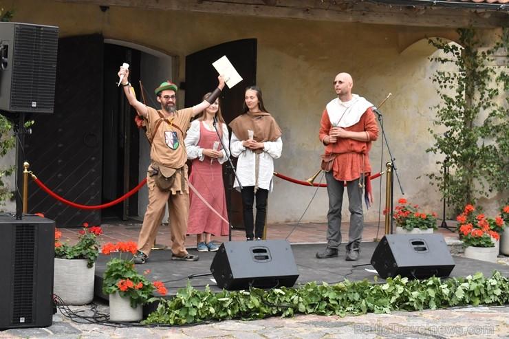 Ar galminieku izklaidēm, cirka mākslinieku un improvizatoru izrādēm,  koncertu un citām nebēdnībām Jaunpils pilī svin svētkus «Ēverģēlības pils galmā»