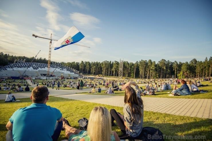 Mežaparka Lielajā estrādē 15 000 kvadrātmetros, kurus sedz zaļa zālīte, bija unikāla iespēja pirmo reizi atpūsties Latvijā lielākajā piknikā un vienla