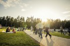 Mežaparka Lielajā estrādē 15 000 kvadrātmetros, kurus sedz zaļa zālīte, bija unikāla iespēja pirmo reizi atpūsties Latvijā lielākajā piknikā un vienla 3