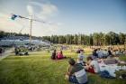 Mežaparka Lielajā estrādē 15 000 kvadrātmetros, kurus sedz zaļa zālīte, bija unikāla iespēja pirmo reizi atpūsties Latvijā lielākajā piknikā un vienla 4