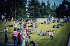 Mežaparka Lielajā estrādē 15 000 kvadrātmetros, kurus sedz zaļa zālīte, bija unikāla iespēja pirmo reizi atpūsties Latvijā lielākajā piknikā un vienla 6