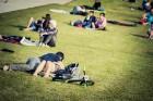 Mežaparka Lielajā estrādē 15 000 kvadrātmetros, kurus sedz zaļa zālīte, bija unikāla iespēja pirmo reizi atpūsties Latvijā lielākajā piknikā un vienla 8