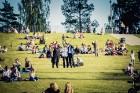Mežaparka Lielajā estrādē 15 000 kvadrātmetros, kurus sedz zaļa zālīte, bija unikāla iespēja pirmo reizi atpūsties Latvijā lielākajā piknikā un vienla 9