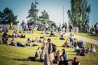 Mežaparka Lielajā estrādē 15 000 kvadrātmetros, kurus sedz zaļa zālīte, bija unikāla iespēja pirmo reizi atpūsties Latvijā lielākajā piknikā un vienla 10