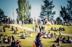 Mežaparka Lielajā estrādē 15 000 kvadrātmetros, kurus sedz zaļa zālīte, bija unikāla iespēja pirmo reizi atpūsties Latvijā lielākajā piknikā un vienla 12