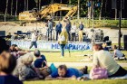 Mežaparka Lielajā estrādē 15 000 kvadrātmetros, kurus sedz zaļa zālīte, bija unikāla iespēja pirmo reizi atpūsties Latvijā lielākajā piknikā un vienla 14