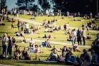 Mežaparka Lielajā estrādē 15 000 kvadrātmetros, kurus sedz zaļa zālīte, bija unikāla iespēja pirmo reizi atpūsties Latvijā lielākajā piknikā un vienla 15