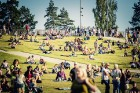 Mežaparka Lielajā estrādē 15 000 kvadrātmetros, kurus sedz zaļa zālīte, bija unikāla iespēja pirmo reizi atpūsties Latvijā lielākajā piknikā un vienla 16