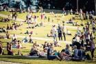 Mežaparka Lielajā estrādē 15 000 kvadrātmetros, kurus sedz zaļa zālīte, bija unikāla iespēja pirmo reizi atpūsties Latvijā lielākajā piknikā un vienla 17